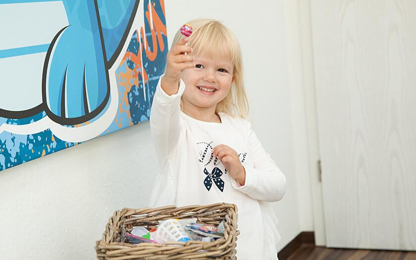 Kleines Mädchen darf nach Zahnarztbesuch bei Dentolino in Ulm naschen.
